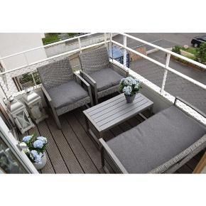 Havemøbler / altanmøbler Sæt med to stole, sofa og bord Hynder følger med  Kun 1 år gammelt, står næsten som ny