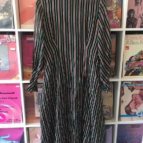 Smuk stribet figursyet kjole fra &other stories. Kun brugt en enkelt gang - meget lækkert let stof 🌷🌷 lynes usynligt i siden