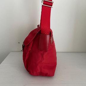 Lidt om tasken 👜 Rød Prada single flap messenger taske, super fin og praktisk hverdagstaske.  Der medfølger desværre ikke noget til tasken   Stand 💬 Taskens stand er super god, den fejler ingenting stort, der er et meget utydeligt mærke på bagsiden og læderet er meget lidt bølget på spændet. Ellers fremstår den næsten helt ny.   Autencitetsgaranti ☀️ Alle tasker autencitetstjekkes inden salg med udgangspunkt i visse indikatorer, som kan vise om tasken er ægte. Du kan derfor være tryg ved, at du investerer i et autentisk produkt!  Kun seriøse bud tak 🙌  Mængderabat gives ved køb af flere ting✨