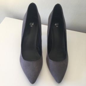 Fine stiletter i grå. Nubuck lignende kvalitet.  8 cm høj hæl. Aldrig brugt, stadig mærke under bunden. Nypris: 249,-.