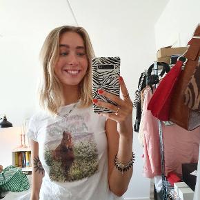 T-shirt fra H&M børneafdeling. Fitter en str small. Den er ikke super elastisk, så den er nok ikke god til piger med større barm