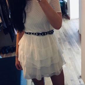 Sælger denne fine hvide kjole fra envii. Den kan passes af en s/m. Rigtig fin. Fejler ingenting.