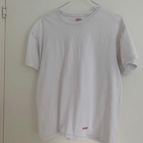 """Super fin basic suprême t-shirt med lille """"Supreme"""" logo. Fin stand uden flaws."""
