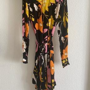 Mega flot kjole sælges, da jeg ikke får den brugt.  Alle mærker sidder stadig på.  Nypris 800 kr  Sælges for 435 kr