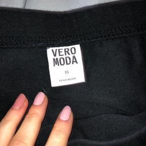 Sort stram kort nederdel fra Vero Moda. Elastisk i livet