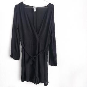 Make way den er købt på Asos ( jumpsuit i sort )    størrelse: M   pris: 150 kr    fragt: 37 kr