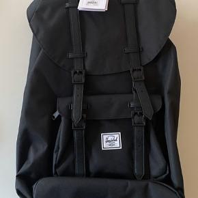 """Helt ny Herschel Little America rygsæk. Stadig med mærke og i indpakning. Volume 25 l Plads til 15"""" laptop. Bor 6710"""
