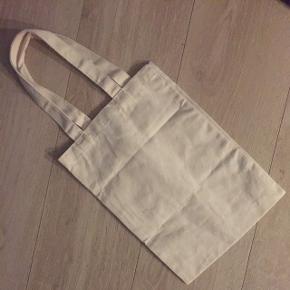 Lille taske ..Tasken målt uden hank er målt til Ca 35 cm i højden og ca 26 bredLav din egen pakke, 10 dele for 100kr, ellers er det nuværende pris der gælder