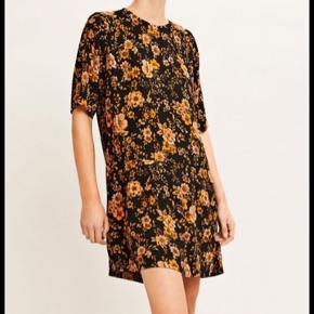 Cool kjole fra Samsøe og Samsøe. Sort med orange blomster. Str. M. Kun brugt få gange.  Bytter ikke.