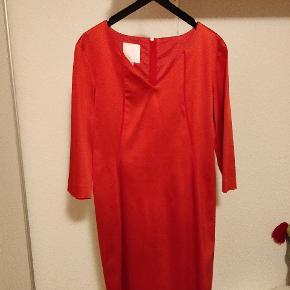 Flot rød kjole der giver en flot timeglasfigur   Brugt enkelte gange og fejler intet