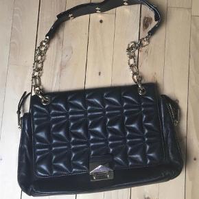 Varetype: Håndtaske Størrelse: Stor Farve: Sort Oprindelig købspris: 2450 kr. Kvittering haves. Prisen angivet er inklusiv forsendelse. Måler ca 33*23  Sælger denne fine taske fra Karl Lagerfeld, da jeg har for mange tasker.  Kom med bud:)