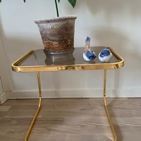 Fint lille retro glasbord med messing-stel. I meget flot stand. Højde 40 cm og diameter 44x38 cm