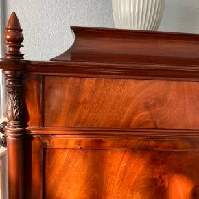 Virkelig flot mahogni-sekretær med benknopper og intarsia. Praktisk da den rummer virkelig meget (tøj, duge, sengetøj, hobbygrej..) uden at fylde meget hverken i højde eller bredde ift. opbevaringspladsen i den. Og samtidig har skriveklappen.  Så praktisk 'to i en møbel'!  Flot at kombinere med moderne og lyse møbler og dermed give indretningen mere personlighed end når alt er nyt.  Byd gerne. (Pris sat efter lignende møbel på Lauritz, der er vurderet til 3000kr, selvom det slet ikke var i ligeså fin stand og ikke havde intarsia).  Kan skilles i to når den skal transporteres. Skal afhentes i 2800 Kgs. Lyngby.  #vintage #antik #intarsia #kommode #chartol #sekretær #chiffoniere #skuffer #skrivebord #mahogni #mahagony #indretning #retro