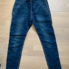 Flotte jeans med sølv perler / simili i Strib ned langs benene. Elastik og snøre i livet.. lynlåslommer  Kun brugt 1 gang