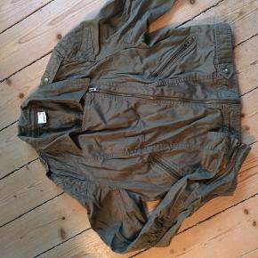 Fin kort rustik jakke som er superfin over en kjole👍🏼😊