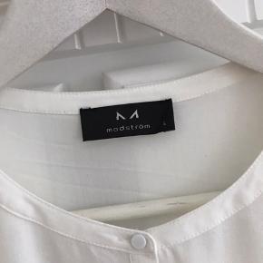 Virkelig yndig og lækker skjorte, med små fine metalknapper. Sender gerne, køber betaler porto.