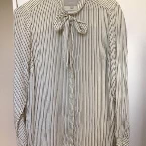 Super fin skjorte med sløjfe / bindebånd / pussy bow i lækker silkemix kvalitet. Den er råhvid med striber og snittet er enkelt og fint. Den er god til både arbejde, hverdag og fest til et par jeans, nederdel eller under en jakke. Str. 38. Kom med et bud. NP: 900kr.  Varen befinder sig i 9520 Skørping. Sender med DAO.  Se også min øvrige annoncer. Jeg sælger tøj, sko og accessories. Pt er min shop fuld af vintagekup, high street fund og mærkevarer i mange forskellige str. Kig forbi og spøg endelig!