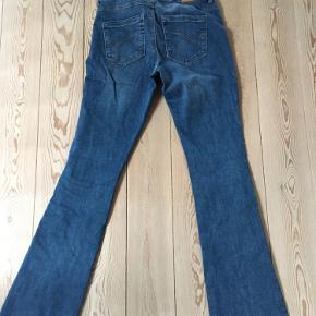 Only jeans. Brugt 1 gang. Aldrig vasket. Str. 30/32. Svaj i benene.