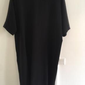 Flot sort oversize kjole med lynlås bagpå og læderdetalje på ærmerne