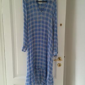 Helt ny second female kjole i blå med underkjole