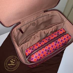 Malene Birger Bae Box. Farven er: Clear pink. Brugt til kort opbevaring. Fremstår som ny. Består af stor Beautybox, mindre toilettaske og dustbag.  Ny pris 1800  Køber betaler porto