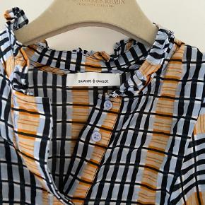 Sød skjortebluse perfekt til alle lejligheder. Næsten ikke brugt og dermed ingen tegn på slid :)