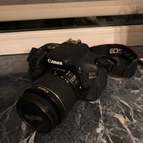 TAGER KUN IMOD FORNUFTIGE BUD!   Sælger min Canon EOS 600D, det er i super fin stand og har som det eneste forbrugstegn en lille ridse på skærmen (som man dog hverken lægger mærke til eller er til gene) Det kan både filme og tage videoer og har en super smart skærm der kan flippes og drejes osv (kan læses mere om på nettet) Det er brugt meget lidt og samler derfor bare støv og derfor sælges det.   Nyprisen for kameraet var 7.400,- og tasken 699,- så altså samlet nypris for alt: cirka 8.000,-   Det sælges samlet og alt der medfølger ses på billederne 😌