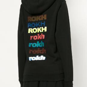 Fedeste hoodie fra det japanske mærke rokh. Nypris er 1200 KR. brugt en gang, så fuldstændig som ny. Lidt stor i størrelsen, så passer også en størrelse small.