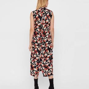 Helt ny kjole fra Whyred, model Lionette Print, farve black Tulip, str 42, stadig med tags.