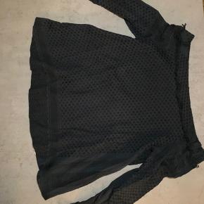Sælger denne mega flotte Cecilie Copenhagen trøje. Den er off shoulder og passes af S/M. 😍  Jeg bruger selv denne model med bælte (se billede, sælger også CC bælte) for at få talje men kan sagtens bruges uden. 🤗 Den er meget mørke blå, ville næsten kalde den sort. Brugt 1-2 gange.