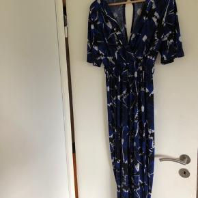 Buksedragt med korte ærmer i blåt, hvidt og sort mønster. Næsten aldrig brugt