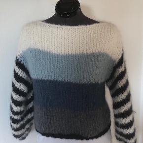 Nyt Design fra AnneMaachDesign. Super blød og lækker Maiami inspireret bluse - håndstrikket i mohair. Blusen kan også bestilles i andre farver. Se farvekort  Strikkes på bestilling i størrelse: S - M - L  Passer en brystvidde på: 83 - 92 - 102 cm  Modtager MobilePay