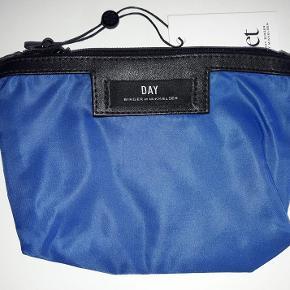 Ubrugt Day gweneth petite (make-up pung) i flot blå. Den måler 19x13 cm. Farven hedder surf blue.