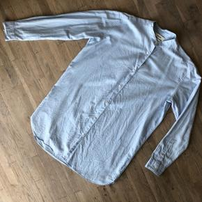 Lækker skjorter uden krave. Lang i modellen og uden facon. Super cool fit! Måler 82 cm i længden.  Er brugt, men fejler ikke noget!   Sender gerne på købers regning🚛  ‼️SE OGSÅ MINE ANDRE ANNONCER‼️