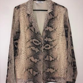 Super fin skjorte, pæn både lukket eller åben med en top under Oprindelig pris: 229 kr Kontakt mig hvis man ønsker at se den på