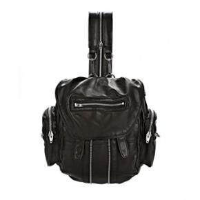 Alexander Wang // Marti Leather Backpack Kan bruges både som rygsæk, som på billedet og som alm. Crossover da remmene kan udskiftes.  Tasken er meget rummeligt og har mange små rum og sidelommer - alle med lynlåse, så den er perfekt til at holde orden på alle sine små sager.  Den er virkelig fed men også super smart, da den også kan bruges som rygsæk. Sælger da jeg ikke får brugt den, lige så meget, som den fortjener!   Købt på nettet (Farfetch Europe) for 8900kr. for ca. 8 mdr. siden.  Har desværre ikke kvitteringen længere. Dustbag og alt andet medfølger selvfølgelig.   Kan ses/afhentes på Nørrebro, Kbh.  Ved forsendelse betaler modtager porto. Spørg for mere info.