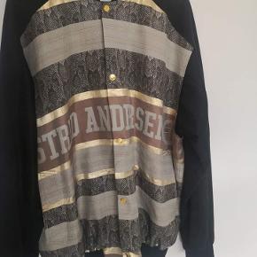 Sælger denne virkelig fede AA jakke. Købt sidste forår og i god stand. Er blevet lappet få steder (se billeder)