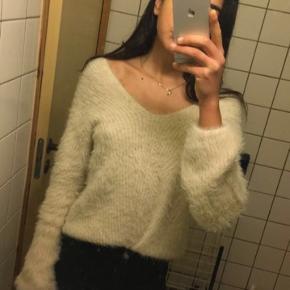Prettylittlething trøje i beige str 34 fitter small medium