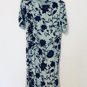 Blomstret blå kjole fra Noa Noa i viscose med fine knapper bagpå. Kan passes af str. 34, 36 og lille 38  Kan afhentes på Nørrebro, Nordvest og Frederiksberg 🌞  Se gerne mine andre varer, der kommer løbende nyt 🌻