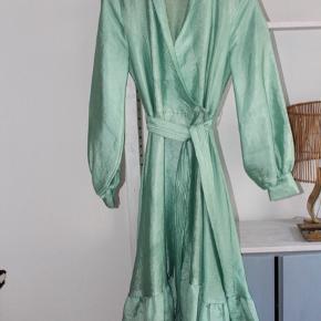 Kjolen trænger til en rens!  Den flotteste kjole fra Stine Goya, str S 💛  Kan sendes eller afhentes på Christianshavn✨
