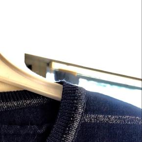 LIND trøje str. L,,  passer str. M Guld striber. Aldrig brugt. Sender gerne mod købers betaling.
