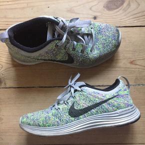 Grå / grønne / lilla strikkede Sneaks fra Nike. Brugt en håndfuld gange. Sælges da de er en smule for små til mig.  Er en str 37,5 - true to size.   Bytter ikke!:)  Kan afhentes og prøves på Christianshavn eller sendes med DAO.