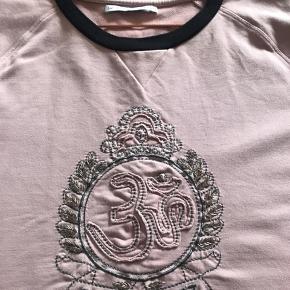 Super fin bluse fra Day i Rosa med lille sort stykke forneden og ved halsen.