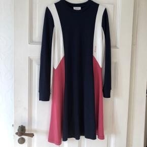 Sælger denne flotte kjole fra Wood Wood, da jeg ikke rigtig får den brugt. Vasket én gang. Kvittering haves stadig. Nypris 900 kroner.