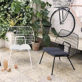 1 stk. hvid loungestol i pulverlakeret stål fra Menu (Menu WM String Lounge Chair) sælges til KUN kr. 700 inkl. hynde. Vejledende pris er kr. 1.995 plus hynde kr. 700, dvs. kr. 2.695 samlet.  Stolen er i rigtig fin stand uden pletter på hynde mv., men med brugsspor på den øvre del af stellet.  Kan bruges inde såvel som ude.  https://www.nordicnest.dk/varemarker/menu/wm-string-loungestol/?variantId=29435-02  https://www.bahne.dk/menu-wm-string-cushion-hynde-lysgra-38-5-x-35-cm-5709262977529?gclid=Cj0KCQjwoKzsBRC5ARIsAITcwXGOA9MwG5Oh7q3QEDskHIdHYF7Kp_ffAz1xoLex3YGAvMejQmVTbX4aAg8PEALw_wcB  Stolen befinder sig på 4. sal i København S, hvor den som udgangspunkt skal afhentes. Stolen kan dog mod forudbetaling samt et gebyr leveres i Hovedstadsområdet.