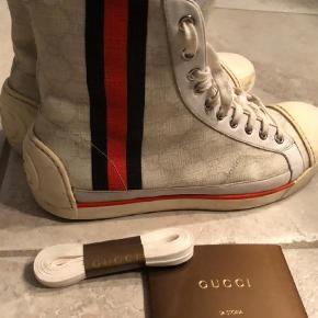 """Varetype: Sneakers Farve: Hvid  Super seje sneakers fra Gucci købt i Kbh, str 6 = 42. De er noget bedre i stand  end """" godt brugt""""  Har original æske, dyst bags, certifikat same nye snørebånd"""