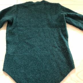 Flotteste grønne farve.  34% uld 34% alpaca 32% polyester  Kan også passes af en str. S.
