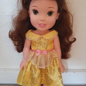 Belle fra Disney Prinsesserne. Ca 35 cm høj. Sød dukke i rigtig fin stand.