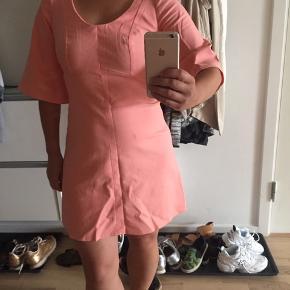 Laksefarvet kjole fra Neerup. Perfekt stand🌼