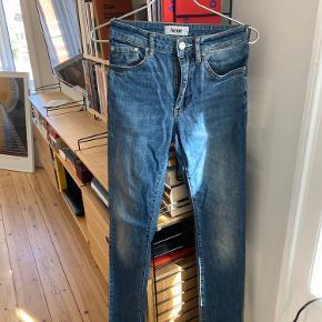 Needle Vintage jeans fra Acne i størrelse 27/34. Stort set ikke brugt, fordi de altid har været for små til, at jeg fandt dem behagelige. Det slid, som f.eks. er på toppen af baglommerne er en del af modellen (deraf navnet 'vintage'). Har altid virkelig godt kunne li' farverig model og derfor håbet, at jeg ville kunne komme i dem en dag, men nu har jeg givet op.. 😌